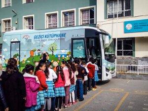 Anadolu Isuzu'nun Gezici Kütüphanesi okullarda