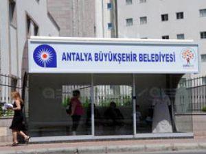 Antalyalılar serinleten duraklarda otobüslerini bekliyor