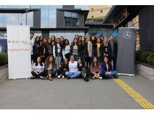 Mercedes-Benz'in Yıldız Kızları kodlama eğitimi aldılar