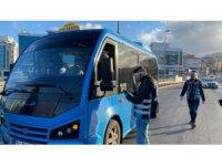 Fazla yolcu taşıyan minibüs şöförü cezayı yedi