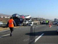 8 adet sıfır otomobil taşıyordu pim koptu kaza yaptı!