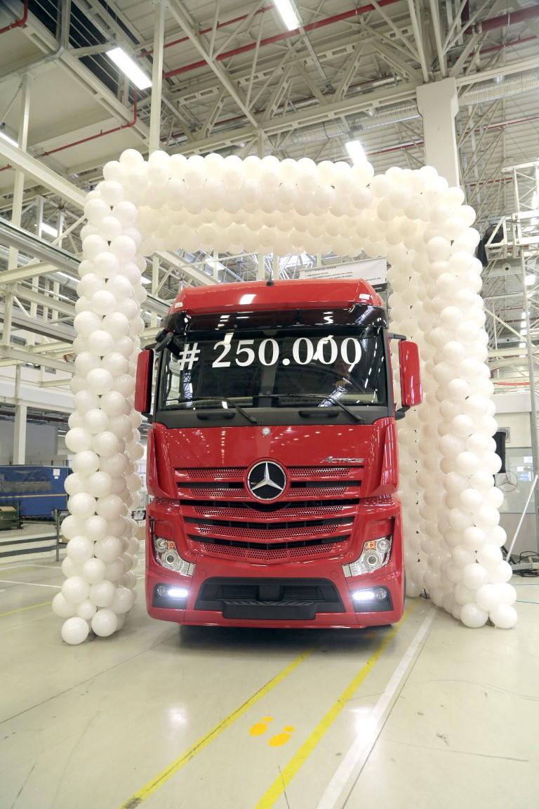 mercedes-benz-turk-250.000inci-kamyonunu-uretti-(3)-(medium)-001.jpg