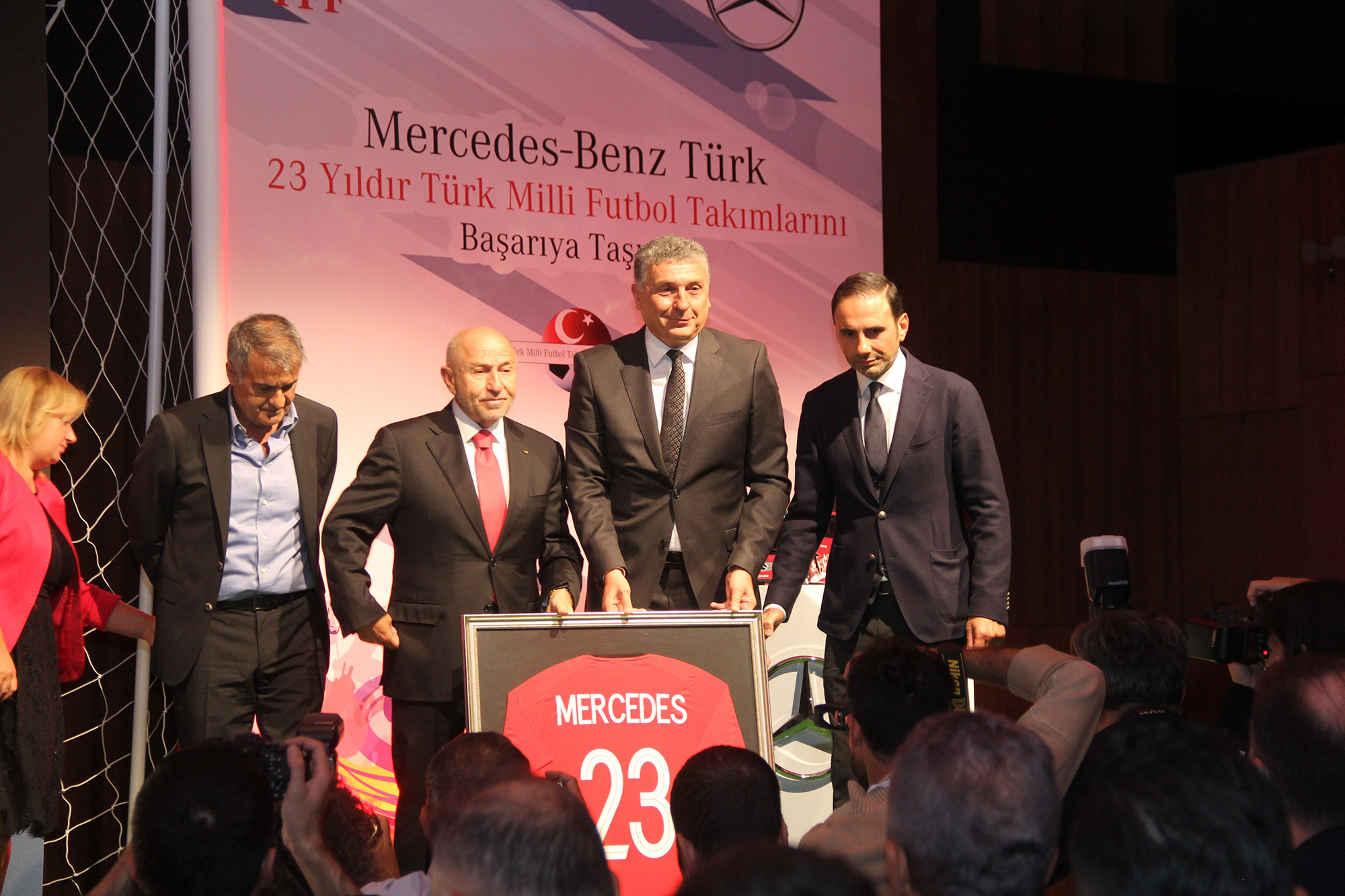 mercedes-benz-turk-tff-sponsor-imza-toreni.jpg